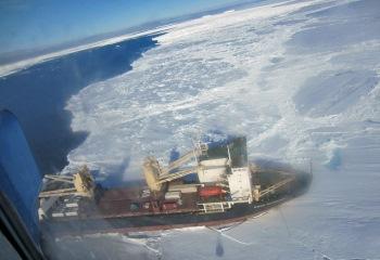 Ледокол у берегов Антарктиды